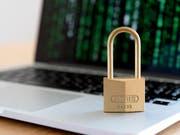 Das veraltete Datenschutzgesetz soll revidiert werden. Der Nationalrat will das in zwei Etappen tun, wie er am Dienstag beschlossen hat. (Bild: KEYSTONE/NICK SOLAND)