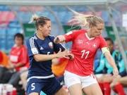 Lara Dickenmann (rechts) erzielte in ihrem 131. Länderspiel ihre Tore 51 und 52 im Trikot des SFV (Bild: KEYSTONE/EPA/TATYANA ZENKOVICH)