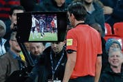 Schiedsrichter Deniz Aytekin nutzt im Freundschaftsspiel England – Italien den Videobeweis. (Bild: Ian Kington/Getty (London, 27. März 2018))