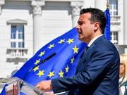 Der mazedonische Ministerpräsident Zoran Zaev hat sich mit dem griechischen Amtskollegen auf den neuen Namen seines Landes geeinigt. (Bild: KEYSTONE/EPA/GEORGI LICOVSKI)