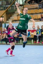 Trotz sportlichen Höhenflügen, wie hier von Spielerin Zerin Özcelik, ist der LC Brühl Handball finanziell nicht auf Rosen gebettet. (Bild: Ralph Ribi)
