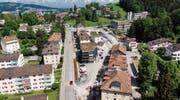 Die Züge der Appenzeller Bahnen fahren und halten künftig zwischen den Häuserzeilen am Riethüsliweg. Das Trassee entlang der Teufener Strasse ist bereits grösstenteils zurückgebaut. (Bild: Benjamin Manser)