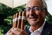 Bruno Waller präsentiert seine eigene Zigarre. (Bild: Werner Schelbert)