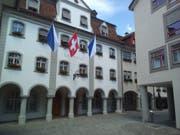 Am Wochenende prangten Zürcher Fahnen am Wiler Rathaus. (Bild: Emanuel Schüepp)