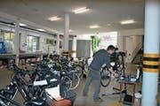 Matthias Herger von der Firma «Just for Freaks» bei der Überprüfung der mehr als 80 Velos am KSU. (Bild: PD)