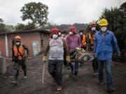 Die Bergung weiterer Todesopfer nach dem Vulkanausbruch in Guatemala musste aus Sicherheitsgründen eingestellt werden. (Bild: KEYSTONE/AP/RODRIGO ABD)