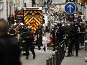 Das betroffene Quartier in Paris wird evakuiert. e (Bild: Keystone/EPA/YOAN VALAT)