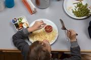 Emmer Schülerinnen und Schüler, die den Mittagstisch besuchen, erhalten ihre Verpflegung künftig aus Zürich. (Symbolbild: Keystone/Gaetan Bally)