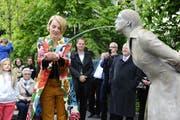 Die Künstlerin Andrea Vogel hatte für ihren Trinkbrunnen Modell gestanden und liess sich von Felix Lehner und seinem Team in Bronze giessen. (Bild: Hanspeter Schiess)