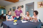 Gute Laune am Englisch-Stammtisch im Sprachencafé: Brigitt Meier (stehend) zeigt ihre Liebe zur hebräischen Sprache mit ihrem T-Shirt. (Bild: Urs Bucher)