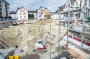 Es wird weiter viel gebaut in Romanshorn: Bild einer Baugrube am Bahnhofplatz, wo zwei Wohnhäuser hoch gezogen werden. (Bild: Andrea Stalder)