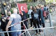 Wahlberechtigte Deutschtürken stehen in einer Schlange vor dem Gelände des türkischen Generalkonsulats für die Stimmabgabe. (Bild: Kay Nietfeld/EPA (Berlin, 7. Juni 2018))
