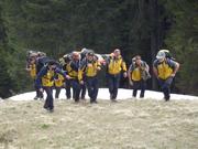 Bergretter der Alpinen Rettung Schweiz bei einem Einsatz mit der Bahre. (Bild: ARS Alpine Rettung Schweiz)