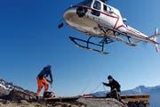 Mit dem Helikopter wurden die einzelnen Holzelemente zur Baustelle auf 3000 Metern über Meer transportiert. (Bild: PD)