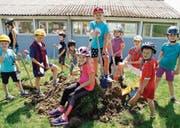 Die Kinder legen beim Spatenstich des neuen Pavillons gleich selber Hand an. (Bild: Salome Preiswerk Guhl)
