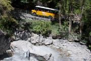 Ein Postauto passiert den sogenannten «Hexenkessel» auf dem Weg zur Griesalp im Berner Oberland. (Bild: Peter Schneider/Keystone, (17. Juni 2017))