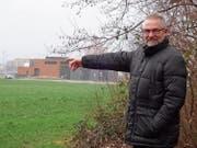 Bauchef Paul Langenegger zeigt aufs Unterfeld Nord. Hier vor dem Kreisel und dem WWZ-Gebäude sollen Gewerbe- und Industriebauten entstehen. Bild: Franz Lustenberger (12. Januar 2018)