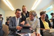 Bildungsdirektor Beat Jörg (links) und Direktionssekretär Christian Mattli erhalten fachkundige Anleitung. (Bild: Urs Hanhart (Unterschächen, 13. Juni 2018))