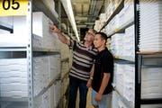 Mostafa Mozaffari (rechts) mit seinem Vorgesetzten Roman Portmann am Arbeitsplatz in der Logistikabteilung bei der Firma Maxon. (Bild: Corinne Glanzmann (Sachseln, 30. Mai 2018))