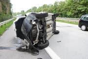 Zu spät sah ein 32-Jähriger eine 80 km/h-Signalhalterung und kollidierte damit. (Bild: Kapo)