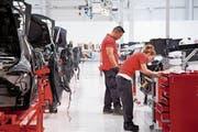 Tesla-Arbeiter in der Fabrik in Fremont, Kalifornien. (Bild: EPA (3. Juli 2017))