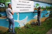 Projektleiter Manuel Nick (links) und Architekt Jüge Rüdlinger rufen mittels Plakat zur Unterstützung für das Projekt auf. (Bild: PD)
