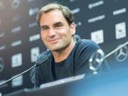 Locker und gut gelaunt: Roger Federer erläutert die Gründe für seine lange Pause und den Verzicht auf die Sandplatzsaison (Bild: KEYSTONE/AP dpa/SEBASTIAN GOLLNOW)