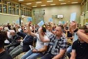 In der Oberwangener Hörnlihalle befanden 105 Personen über die Traktanden von Politisch Fischingen. (Bild: Christoph Heer)