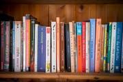 Brigitt Meier liest gerne, davon zeugt ihre Hausbibliothek.