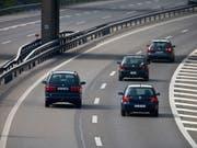 Das Parlament will die Regeln zum Rechtsvorbeifahren auf Autobahnen lockern. Die Idee aus dem Nationalrat wurde klar begrüsst. (Bild: KEYSTONE/GAETAN BALLY)