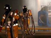 Die Rettungskräfte von SIS kamen am Mittwoch bei einer Explosion im Kanton Genf zum Einsatz. (Bild: KEYSTONE/SALVATORE DI NOLFI)