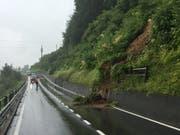 Ein Erdrutsch sorgte auf der Strasse zwischen Kriens und Malters für Verkehrsbehinderungen. (Bild: Luzerner Staatsanwaltschaft)