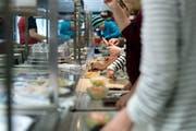 Die Mensa der Kantonsschule Alpenquai in Luzern während des Mittag-Betriebes. (Bild: Pius Amrein, 10. November 2014)