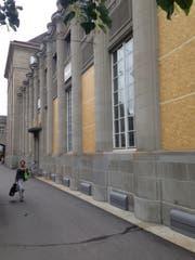 Derzeit fehlen am Seitenflügel des Bahnhofgebäudes viele Fenster. Sie sind durch Bretter ersetzt, weil hier Sanierungsarbeiten durchgeführt werden. (Bild: Reto Voneschen)