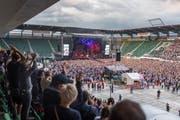 Um die Menschenmasse zu tragen, wurden im Vorfeld des Konzerts im Kybunpartk Schwerlastplatten verlegt. (Bild: Michel Canonica)