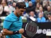 Kämpferische Leistung mit gutem Ende: Roger Federer zog in Stuttgart in den Viertelfinal ein (Bild: KEYSTONE/AP dpa/MARIJAN MURAT)