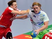 Die Handball-WM in Deutschland und Dänemark findet ohne die Schweiz (Roman Sidorowicz/links) und Slowenien (Jure Dolenec/rechts) statt (Bild: KEYSTONE/WALTER BIERI)