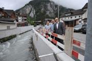 Sie sind mit dem besseren Hochwasserschutz für Unterschächen zufrieden (von links): Projektleiter Paul Baumann, Gemeindepräsident Ambros Arnold und Baudirektor Roger Nager. (Bild: Urs Hanhart (Unterschächen, 13. Juni 2018))
