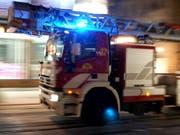 Über hundert Feuerwehrleute waren im Einsatz, um den Lastwagen wieder aus dem Fluss zu bergen. (Bild: KEYSTONE/MARTIAL TREZZINI)