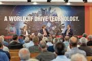 Fabrikgespräch im Auditorium von Maxon Motor in Sachseln (von links): NZZ-Chefredaktor Eric Gujer, Moderator Martin Zenhäusern und Mark Dittli, Wirtschaftsautor bei der «Republik». (Bild: PD)