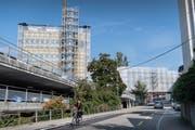 Die Kantonsspital-Baustelle an der Lindenstrasse: Links das Parkhaus Böschenmühle, der Rohbau des neuen Hauses 10 und über der Strasse die neue doppelstöckige Passerelle zwischen Haus 10 und Spitalareal. (Bild: Ralph Ribi - 22. September 2017)