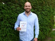 Yanick Untersee präsentiert stolz seinen kürzlich erschienenen Ratgeber «Das farbige Zebra». (Kurt Lichtensteiger)