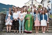 Bischof Vitus Huonder durfte in Schattdorf 28 junge Erwachsene firmen. (Bild: PD)