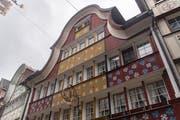 Farben und verspielte Formen prägen die Appenzeller Fassaden. (Bild: Benjamin Manser)