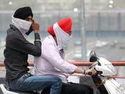 Die Menschen in Neu-Dehli mussten sich am Donnerstag vor extremem Smog schützen. (Bild: KEYSTONE/EPA/HARISH TYAGI)