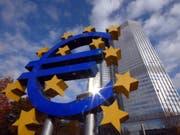 Die Europäische Zentralbank (EZB) belässt ihre Leitzinsen unverändert. Zudem gibt sie Details zum Ausstieg aus ihrem billionenschweren Anleihenkaufprogramm bekannt. (Bild: KEYSTONE/AP/BERND KAMMERER)
