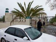 Ein Ermittler sperrt den Tatort ab, nachdem in der Moschee im südafrikanischen Malmesbury ein Angreifer zwei Menschen niedergestochen hat und darauf erschossen wurde. (Bild: KEYSTONE/AP/NASIEF MANIE)