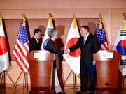 Nordkoreas Machthaber Kim Jong Un sei sich der Dringlichkeit der Denuklearisierung bewusst, sagte von US-Aussenminister Mike Pompeo (rechts) am Donnerstag bei einer Pressekonferenz mit seinen Amtskollegen aus Südkorea und Japan in Seoul. (Bild: KEYSTONE/AP POOL Reuters/KIM HONG-JI)
