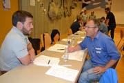 Reto Hürlimann, Geschäftsführer Forstbetriebe Obertoggenburg (links), und Urs Steinmann, Technowood, Alt St.Johann, nutzen die Pause, um Erfahrungen auszutauschen.