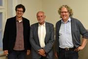 Michael Kunkel, Präsident des Vereins Gesundheitsförderung Uri (Mitte) gratulierte Markus Fehlmann (links) und Christoph Schillig (rechts) zum 10-Jahr-Jubiläum. (Bild: Georg Epp (Flüelen, 13. Juni 2018))